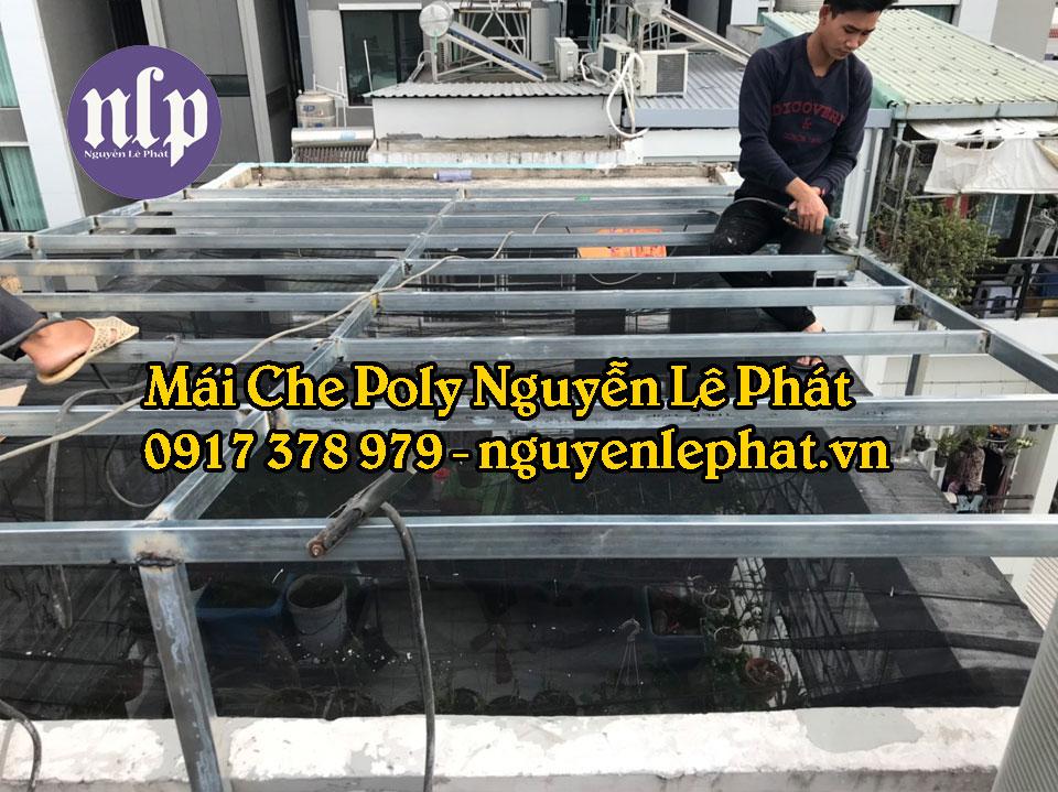 Thợ thi công lắp đặt mái che tôn poly lấy sáng tại TPHCM